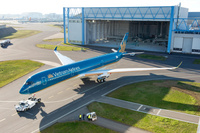 A350-900_Vietnam_Airlines_roll_out_paintshop