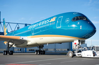 A350-900_Vietnam_Airlines_roll_out_paintshop_2