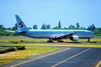 Korean_Air_Boeing_777-300_HL7534_wikimedia_Aero_Icarus